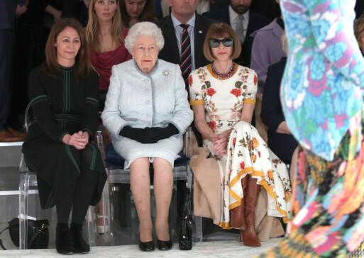 <strong>BEHOLDT SOLBRILLENE:</strong> Selv ikke da hun fikk selskap av selveste dronning Elizabeth på første rad, lot Wintour solbrillene vike. Foto: Yui Mok/Pa Wire/REX/ NTB scanpix