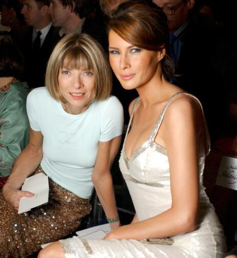 <strong>DEN GANG DA:</strong> Anna Wintour, uten solbriller, avbildet sammen med Melania på Valentino-visning i Paris i 2004. Den gang het hun Melania Knauss, og var modell - ikke førstedame. Foto: NTB scanpix