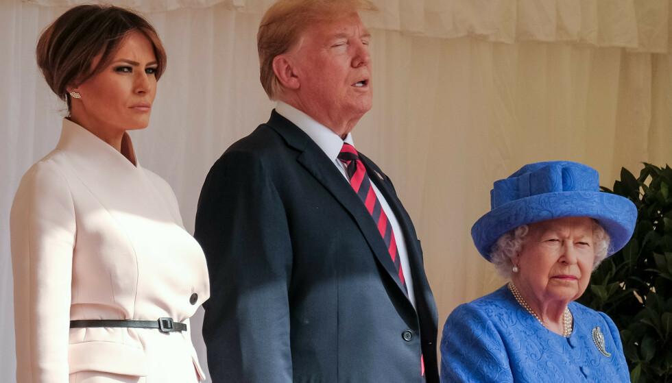 TAKKER JA: Tirsdag bekreftet det hvite hus at president Donald Trump har takket ja til dronning Elizabeths invitasjon, men en liten feil stjeler oppmerksomheten. Her er de under besøket i Storbritannia sommeren 2018. Foto: NTB Scanpix