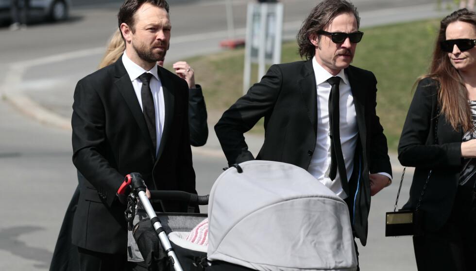 <strong>TIL STEDE:</strong> John Brungot hadde med seg barnevogna i bisettelsen. Foto: NTB scanpix