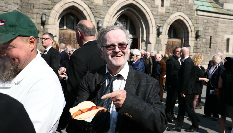 <strong>SPISTE PØLSE:</strong> Andreas Diesen på pølsefest etter bisettelsen til Jon Skolmen i Fagerborg kirke i Oslo. Foto: Lise Åserud / NTB scanpix