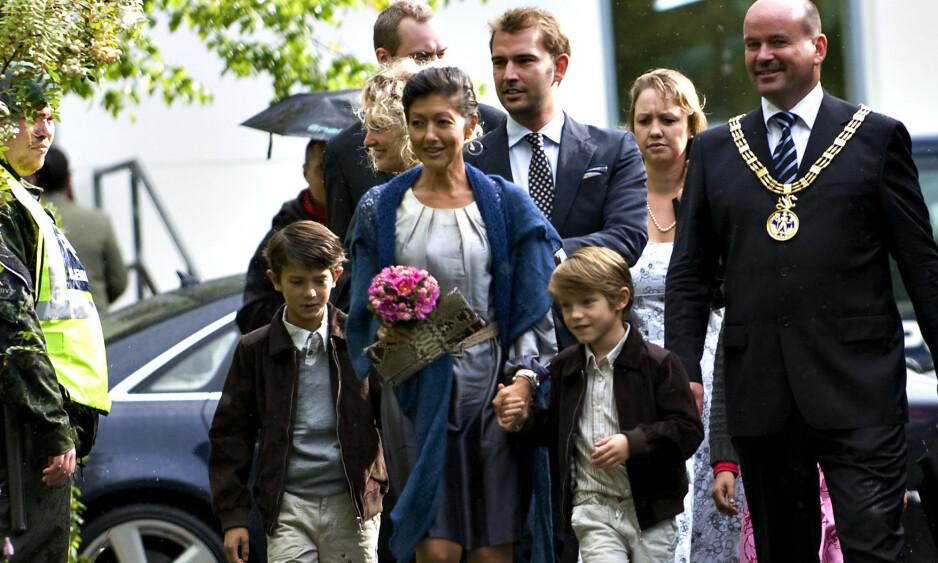 BRUTT FAMILIE: Prins Nikolai og prins Felix vokste opp med den danske fotografen Martin Jørgensen (i midten bak) som sin stefar. Etter skilsmissen har de ikke hatt noe kontakt. Det hevder i hvert fall danske Se og Hør. Foto: NTB scanpix