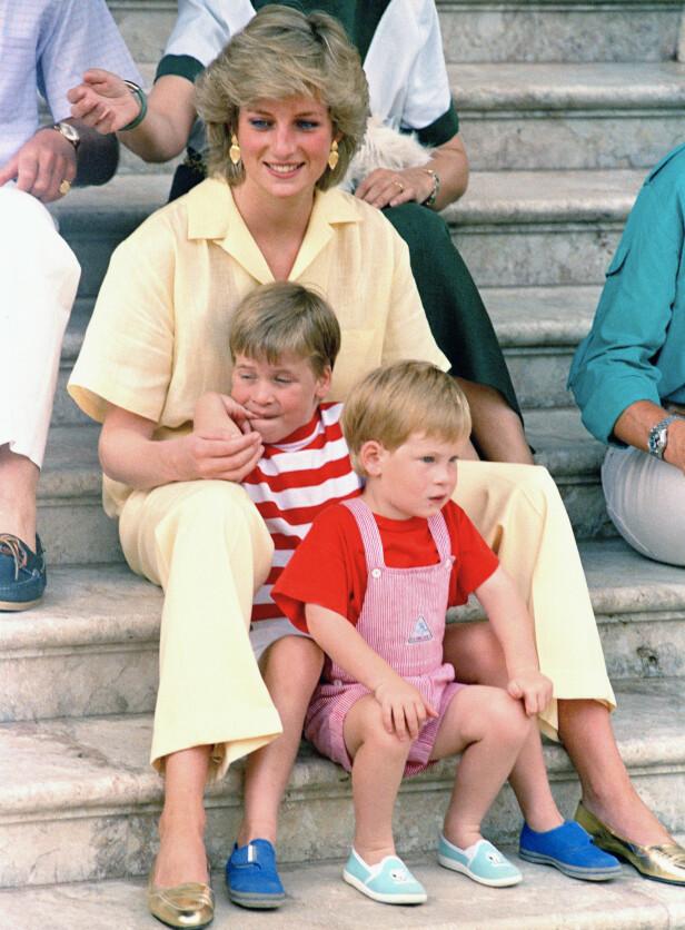 <strong>KAN HEDRE DIANA:</strong> Flere tror at hertugparet vil hedre Diana ved å velge dette navnet dersom Harry får en datter. Her er Harry og William med prinsesse Diana på ferie i Spania i 1987. Foto: NTB Scanpix