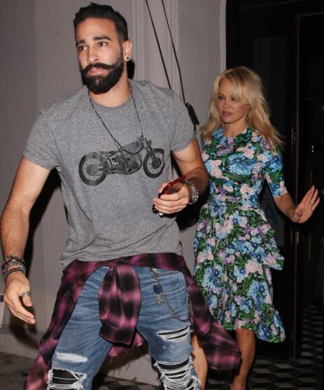 FOTBALLKJÆRESTE: Pamela Anderson deltok på auksjonen sammen med kjæresten Adil Rami, som spiller for klubben Olympique de Marseille. Her er paret avbildet sammen i 2018. Foto: NTB Scanpix