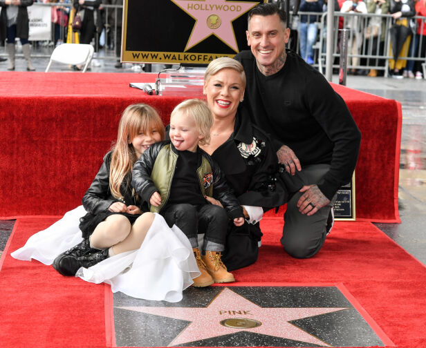 FAMILIEN: Her er hele familien samlet med både Pink, ektemannen Carey, sønnen Jameson og datteren Willow. Foto: NTB scanpix