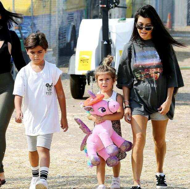 VAR ALLERGISK: Kris Jenner fikk en telefon om at barnebarnet Mason ble fraktet til sykehuset etter å ha spist peanøttsmør. Her er Mason avbildet sammen med lillesøster Penelope og moren Kourtney Kardashian. Foto: NTB scanpix