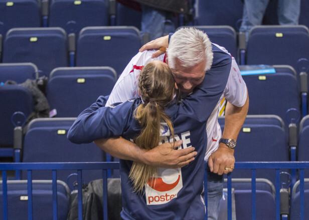 <strong>NÆRT BÅND:</strong> Camilla Herrem og faren Carl Otto Herrem delte samme lidenskap for sporten, og etter farens bortgang har håndballbanen blitt et fristed for Herrem. Foto: NTB scanpix