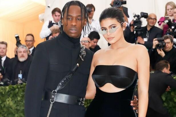 POPULÆRT PAR: Fotografer går bananas når Kylie Jenner og kjæresten Travis Scott dukker opp sammen. Her er duoen på rød løper under MET-galaen i fjor. Foto: NTB Scanpix