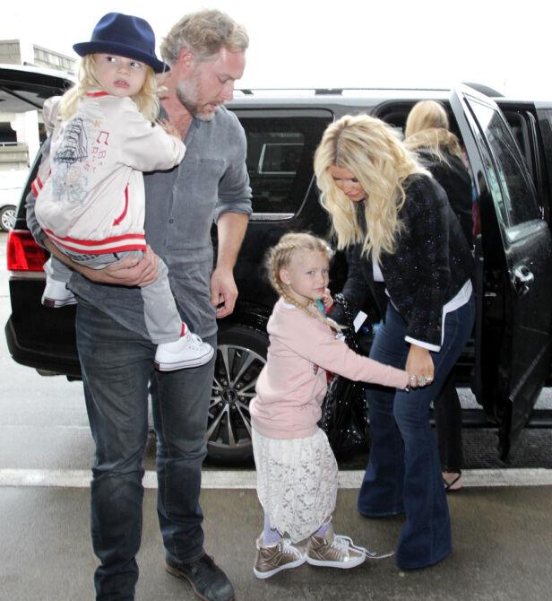DEN GANG DA: Jessica og ektemannen Eric Johnson har tre barn sammen. Her med sønnen Ace Knute og datteren Maxwell Drew. Foto: NTB Scanpix