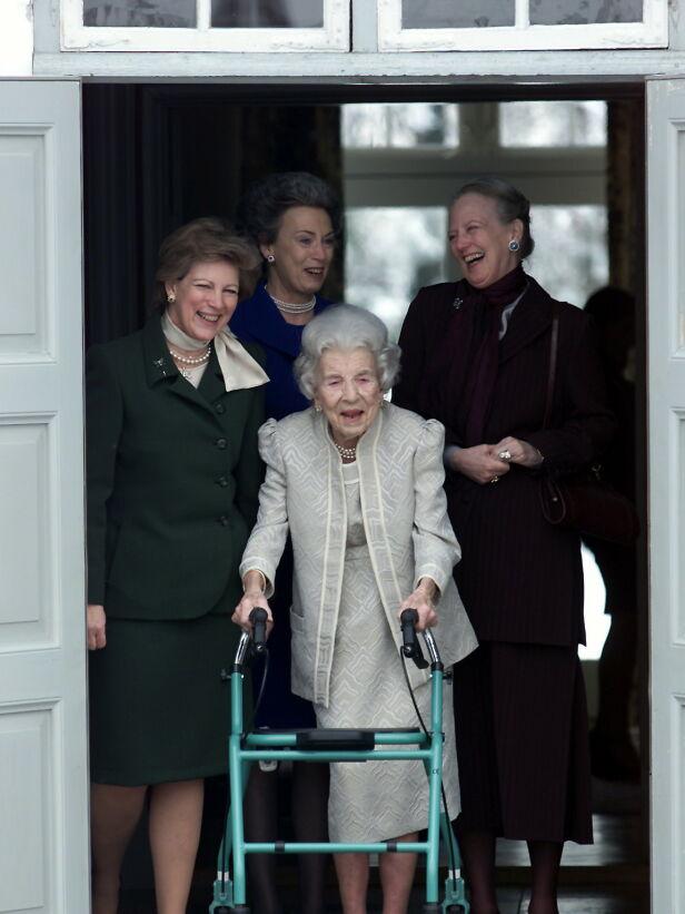 VISTE MÅTEHOLD: Prinsesse Benedikte skriver at hun og hennes to søstre, dronning Margrethe og Anne-Marie av Hellas, ble lært opp til måtehold av dronning Ingrid. Her er de sammen under dronningens 90-årsdag i 2000. Foto: NTB Scanpix