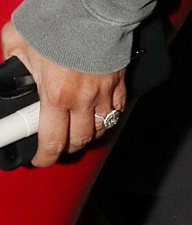 FORLOVELSESRINGEN: Denne ringen får fansen til å sperre opp øynene. Spesielt etter at Kim i 2017 sa hun ikke ville bære smykker ute lenger. Foto: NTB Scanpix