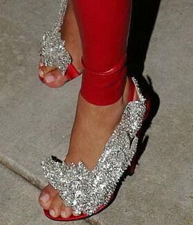 GLITTER OG GLAM: På føttene bar også Kim det som ser ut som et par rimelig dyre høye hæler. Foto: NTB Scanpix
