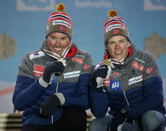 GULLGUTTER: Emil Iversen og Johannes Høsflot Klæbo viser frem medaljene de hanket inn på lagsprinten under VM i Seefeld den 24. februar. Foto: AFP/ NTB scanpix