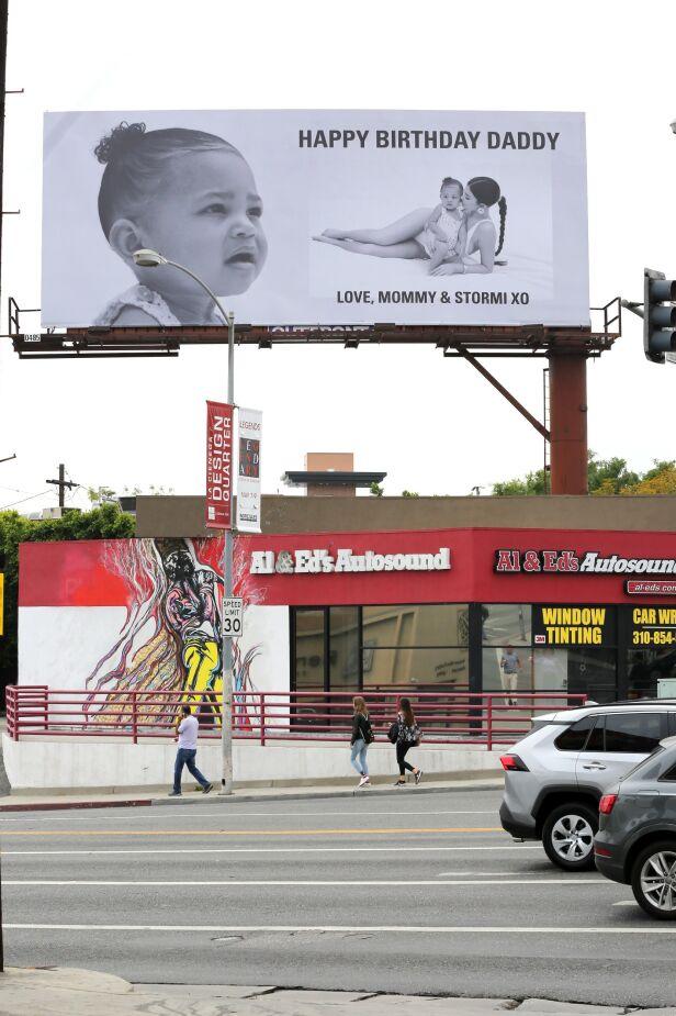 DELTE MENINGER: Kylie Jenner valgte å kjøpe plass på en enorm reklameplakat i West Hollywood, California som gave til Travis Scott. Foto: NTB Scanpix