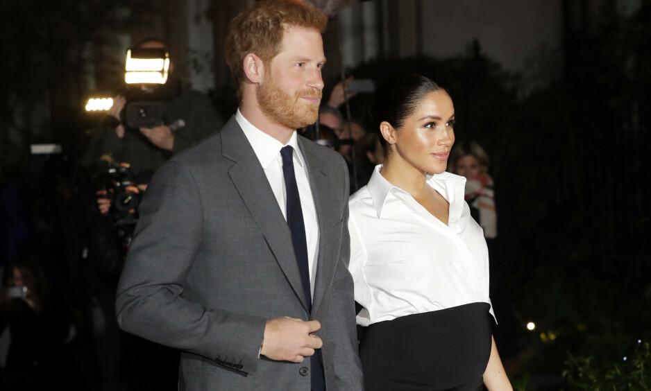 AVSLØRER TERMINDATO: Den britiske tabloidavisen The Sun hevder at de vet hertuginne Meghans termindato. Her er hertugparet avbildet i februar. Foto: NTB Scanpix