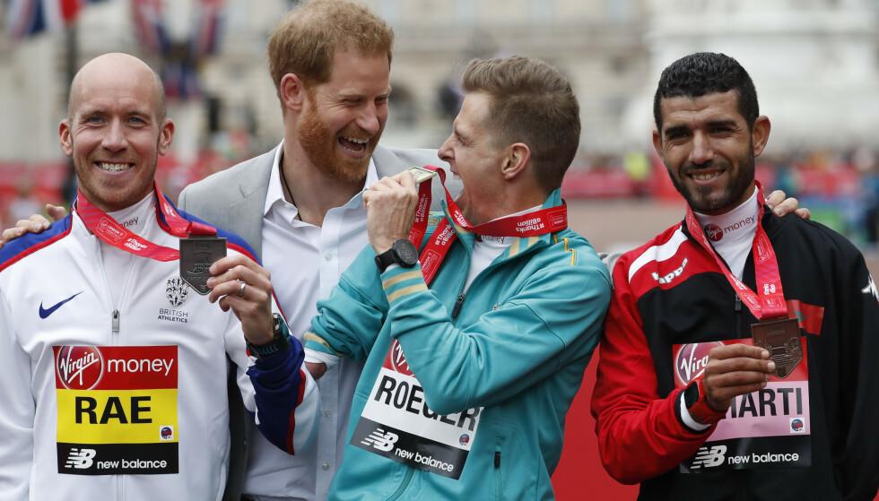 PÅ LONDON MARATON: På Meghans angivelige termindato var prins Harry til stede under London Maraton. Det er derfor lite som tydet på at en fødsel var i gang. Foto: NTB Scanpix