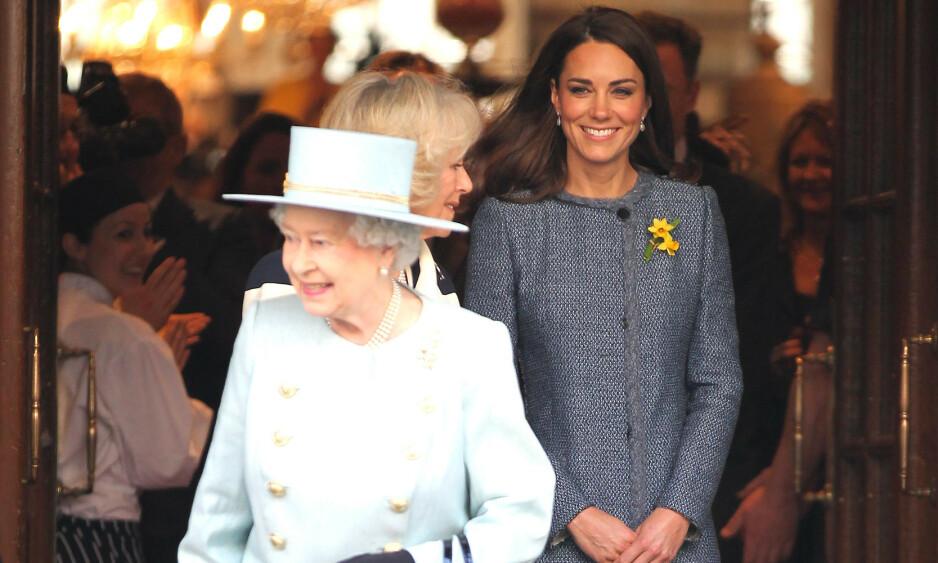 NY TITTEL: I anledning prins Williams og hertuginne Kates bryllupsdag 29.04, tildelte dronningen Kate den høyeste tittelen i Victoriaordenen. Foto: NTB Scanpix