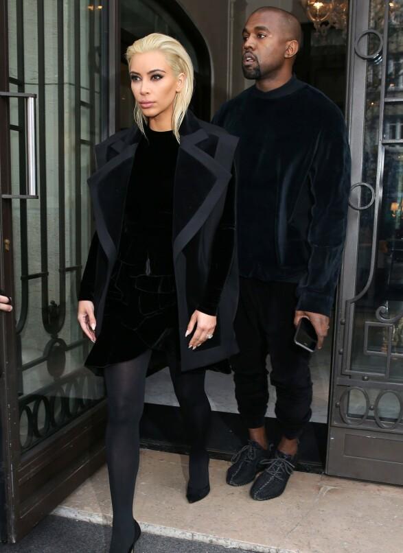 MED RINGEN: Kim avbildet i Paris sammen med Kanye i mars 2015 - halvannet år før hun ble ranet i samme by. Her bar hun den kostbare forlovelsesringen synlig på fingeren. Foto: Beretta/Sims/REX/ NTB scanpix