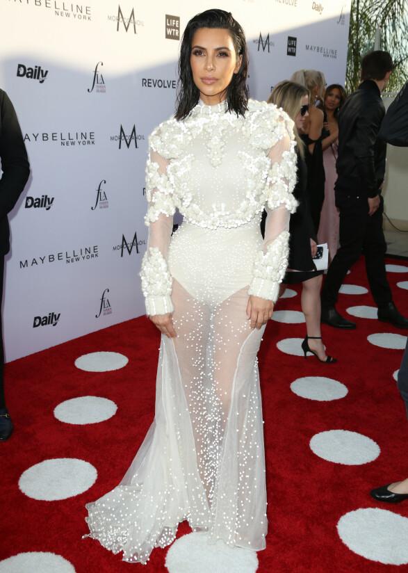INGEN RING: Kim Kardashian iført en designerkjole fra Givenchy på prisutdeling i april 2017 - men uten forlovelsesringen fra Kanye West. Foto: Matt Baron/REX/ NTB scanpix