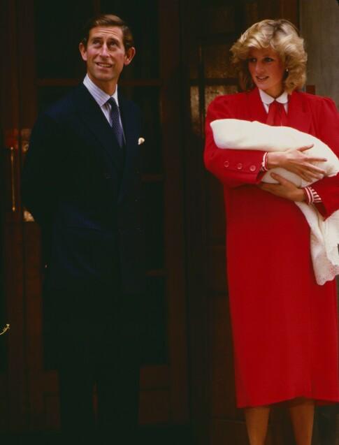 STOLT DIANA: Prins Charles og prinsesse Diana viser frem prins Harry på sykehustrappen utenfor Lindo Wing i september 1984. Foto: NJ/REX/ NTB scanpix