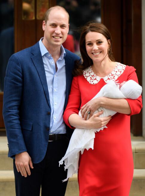 GJORDE SOM DIANA: Prins William og hertuginne Kate viser frem sitt tredje barn, lille prins Louis, utenfor Lindo Wing i april 2018. Legg merke til at Kates kjole matchet Dianas! Foto: Tim Rooke/REX/ NTB scanpix