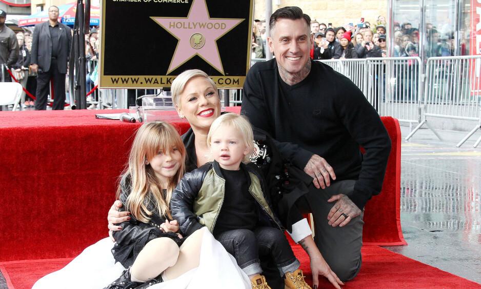 FAMILIE: Her er Pink med barna Willow og Jameson, samt ektemannen Carey Hart. Foto: NTB Scanpix