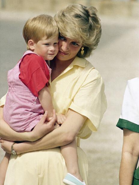 DIANA: Flere tror Meghan og Harry vil kalle opp en eventuell datter etter prinsesse Diana. Her er hun avbildet med prins Harry i 1987. Foto: NTB Scanpix
