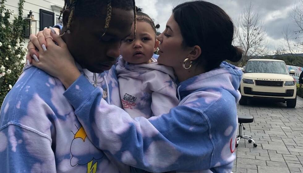 STORESØSTER?: Travis Scott og Kylie Jenner har datteren Stormi Webster sammen, men skal angivelig være klare for at hun snart blir storesøster. Det legger Kylie i hvert fall ikke skjul på i et nytt innlegg. Foto: Skjermdump, Instagram