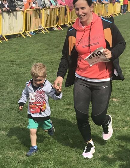 TIL STEDE: Marit Bjørgen deltok i barneløpet sammen med sønnen Marius. Foto: Stig Justad