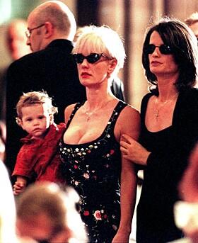 <strong>I SORG:</strong> Paula Yates i begravelsen til Michael Huchence. Her sammen med deres felles datter, Tiger Lily. Foto: NTB Scanpix