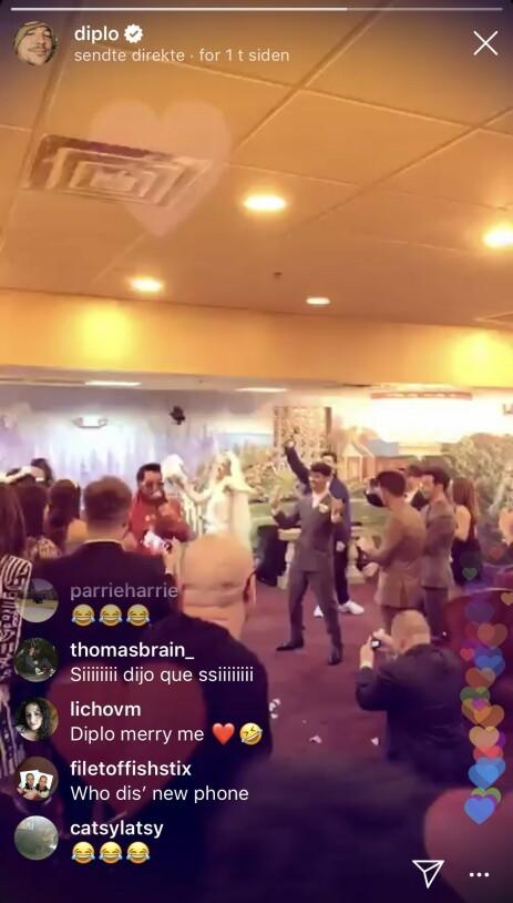 STOR FEST: Diplo sendte direkte fra hele bryllupet, som ble avsluttet med «Viva Las Vegas» og dans. Sophie Turner gikk for en klassisk brudekjole, mens ektemannen hadde på seg grå dress. Foto: Diplo