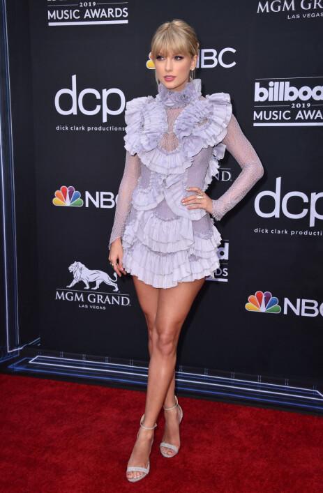 FLOTT: Taylor Swift var kledd i en lilla, kort kjole. Foto: NTB Scanpix