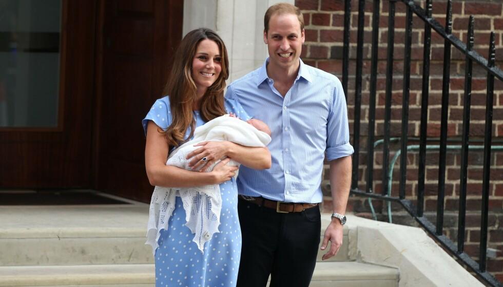 UTE ETTER 24 TIMER: Hertuginne Kate og prins William viste fram prins George, etter at han ble født 22. juli 2013. Foto: NTB Scanpix