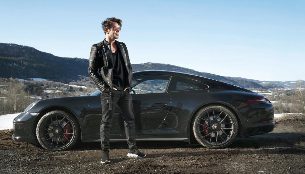 FULL FART: Jan Thomas er opptatt av biler. Tidligere kjørte han Mercedes. Nå har han skaffet seg en hissig Porche 911 GTS. Foto: Espen Solli