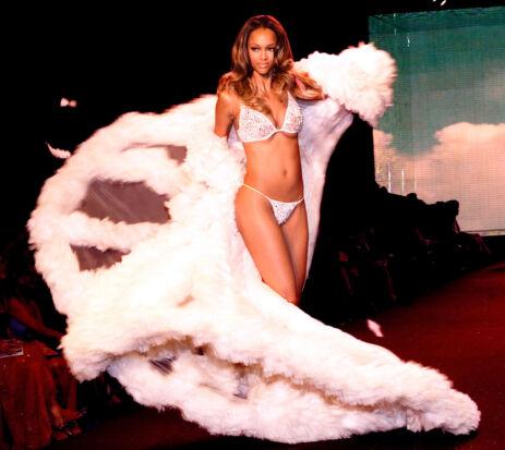 I HVITT: Tyra Banks under et Victoria's Secret fashion show i 2000. Foto: Scanpix