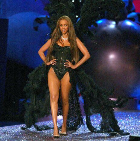 SIGNATUR: Å bære noe som dekket bakenden ble nærmest Tyra Banks sin signatur. Her er hun på catwalken i 2005. Foto: NTB Scanpix