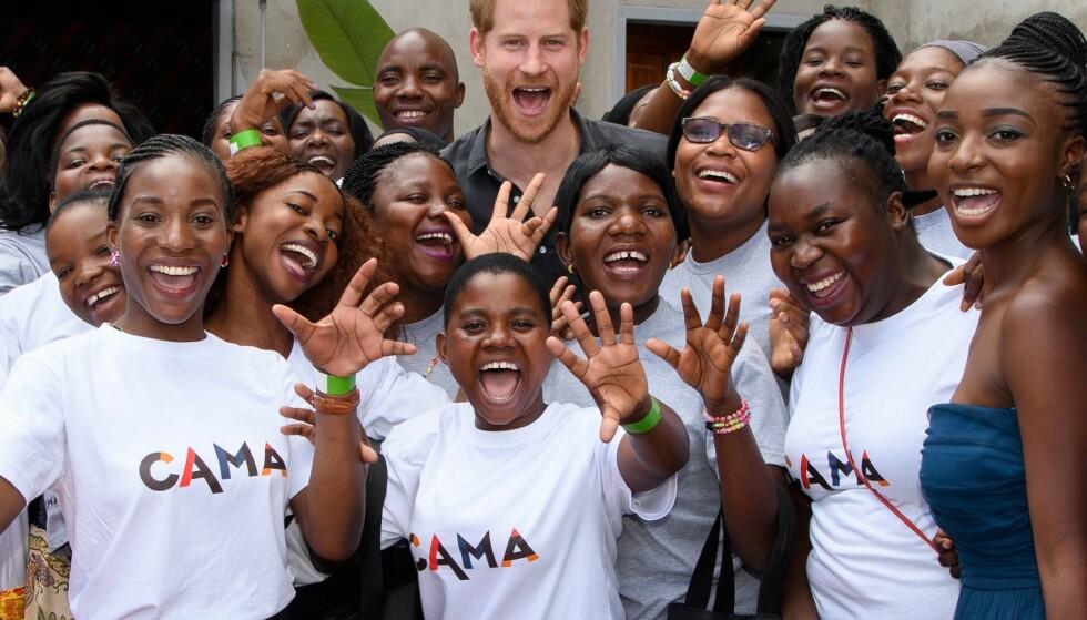 <strong>FORKJÆRLIGHET FOR AFRIKA:</strong> Det har lenge versert rykter om at paret planlegger å flytte til Afrika. En talsperson for kongehuset har avvist at dette er bestemt. Her er prins Harry i Namibia i november. Foto: NTB Scanpix