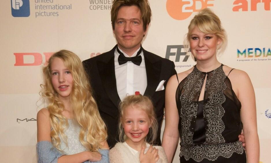 TRAGEDIE: Ida Maria Vinterberg (i midten) mistet livet i en trafikkulykke i Belgia i helgen. Hun ble 19 år gammel. Her er hun på rød løper med faren, stemoren og søsteren Nanna i 2008. Foto: NTB scanpix
