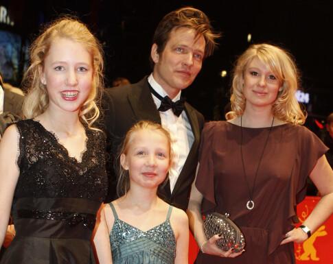 PÅ RØD LØPER: Thomas Vinterberg med sine to døtre og sin nåværende kone Helene på Berlin internasjonale filmfestival i 2010. Foto: Reuters/ NTB scanpix