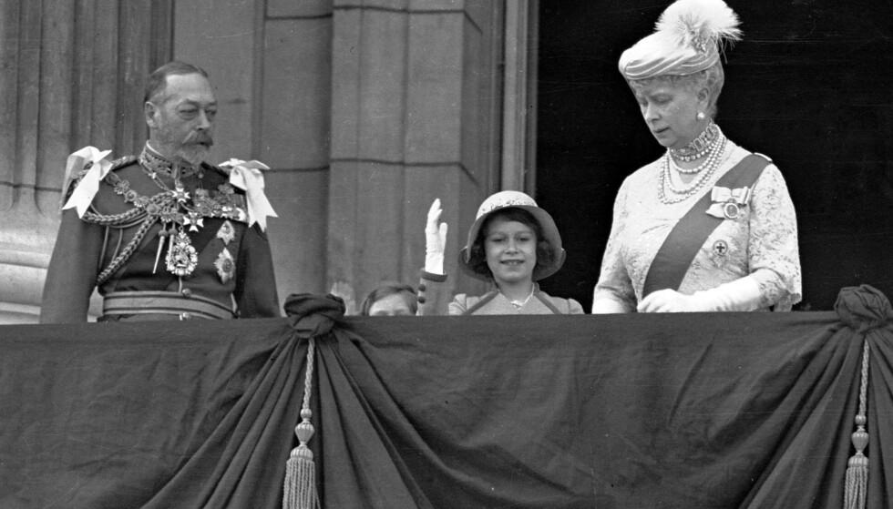 BESTEMTE: Kong George V, her fotografert i 1935 sammen med daværende prinsesse Elizabeth II og dronningmoren, bestemte tittelreglene i sin tid. Foto: NTB scanpix