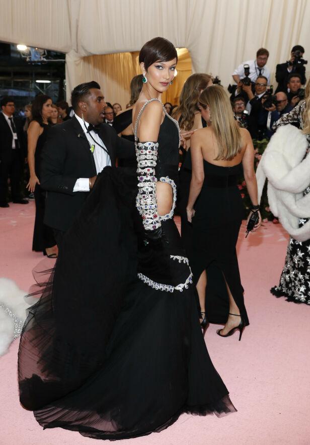 SØSTER: Modell Bella Hadid hadde på seg dette antrekket fra Moschino. Foto: NTB scanpix