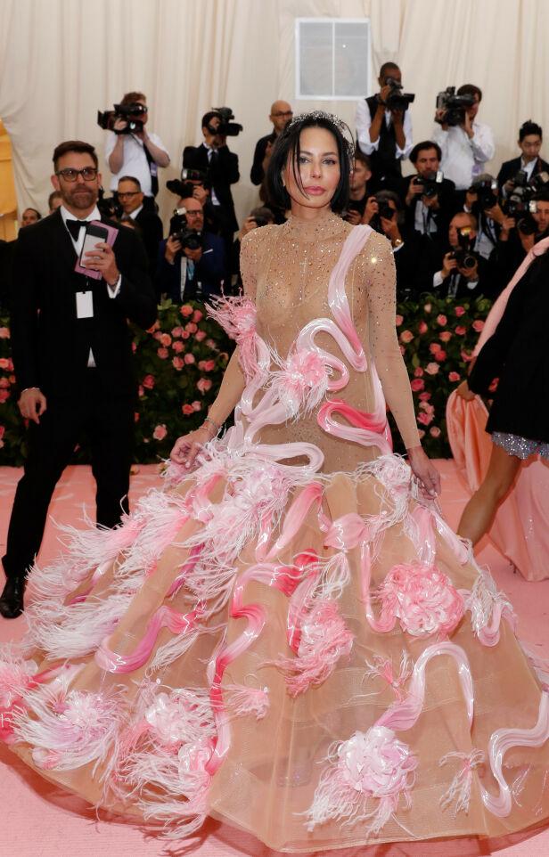 HYLLEST: En av kjolene som stilles ut er Björk sin ikoniske svanekjole fra 2001. Skuespiller Rose McGowan kan ha referert til denne med sin kreasjon. Foto: NTB scanpix