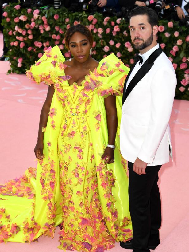 GULT: Serena Williams gikk for en gul kjole med blomster på. Her er hun sammen med Alexis Ohanian. Foto: NTB scanpix