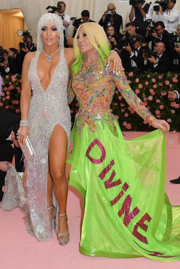 FARGERIK: Jennifer Lopez gikk for et glitrende sølvantrekk, mens Donatella Versace valgte en grønn kjole med påskriften Divine på. Foto: NTB scanpix