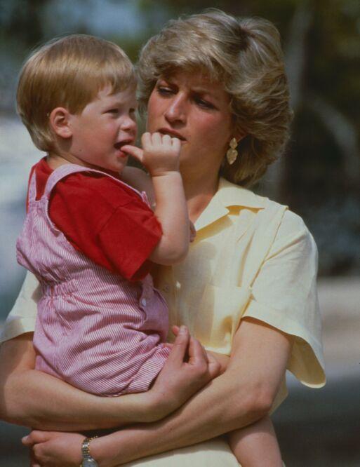 ALDRI GLEMT: For prins Harry har det vært viktig å hedre mor i livets store begivenheter. Prinsesse Diana gikk bort i 1997. Foto: NTB Scanpix