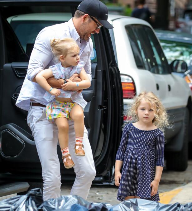 SMÅBARNSFAR: Ryan Reynolds innrømmer at det ikke alltid går smertefritt for seg når han er ute og flyr med døtrene Inez og James. Her avbildet i New York i august. Foto: NTB scanpix