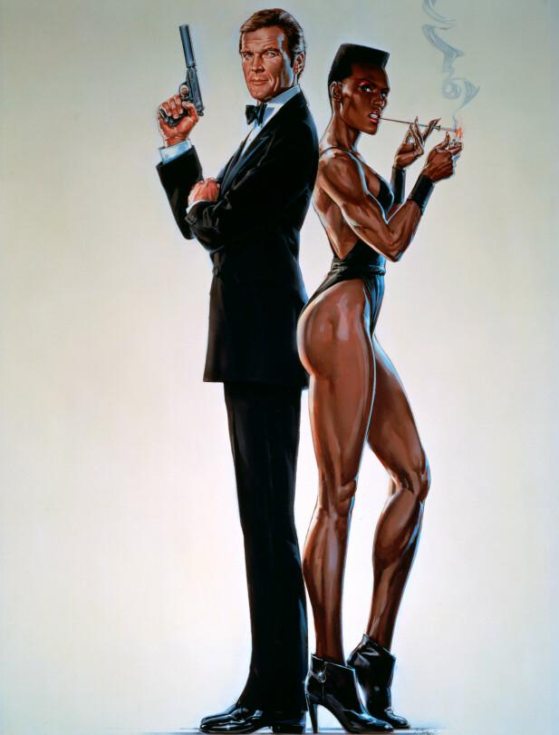 IKONISK KJÆRESTE: Ser han ikke litt engstelig ut, Roger Moore, stilt overfor Grace Jones' skurkaktige lange ben? Foto: NTB