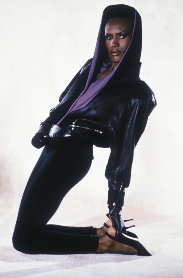 UTILNÆRMELIG: Grace Jones hadde en stil som på mange måter definerte 80-tallet. Og blikket hennes kunne skremme vannet av noen hver. Foto: NTB