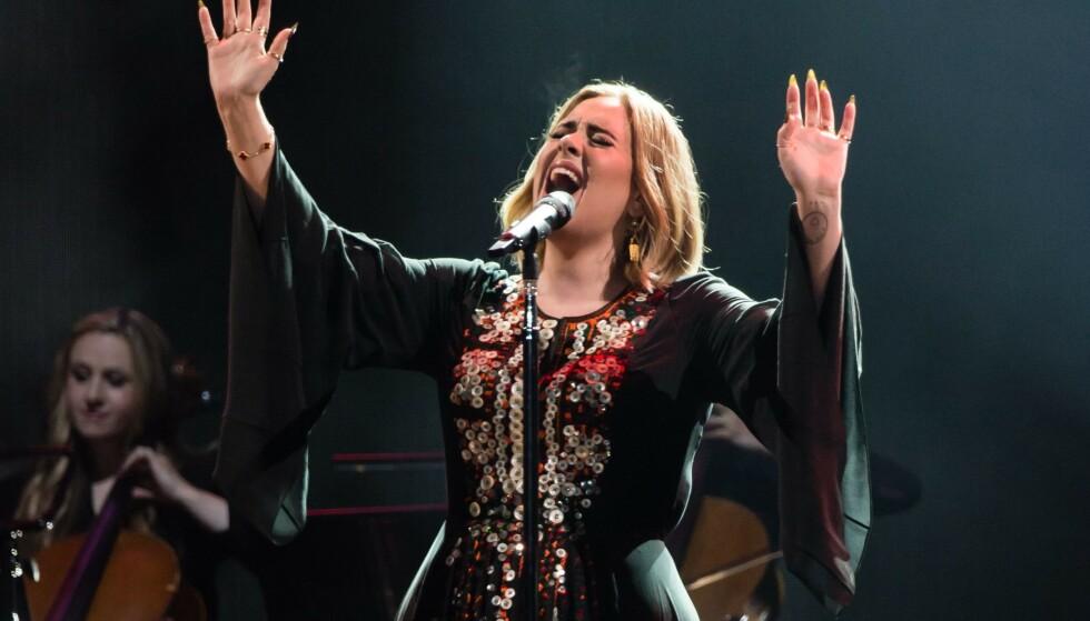 <strong>SUPERSTJERNE:</strong> Adele regnes som en av Storbritannias mest suksessfulle artister. Her er hun avbildet på scenen under Glastonbury-festivalen i 2016. Foto: NTB Scanpix