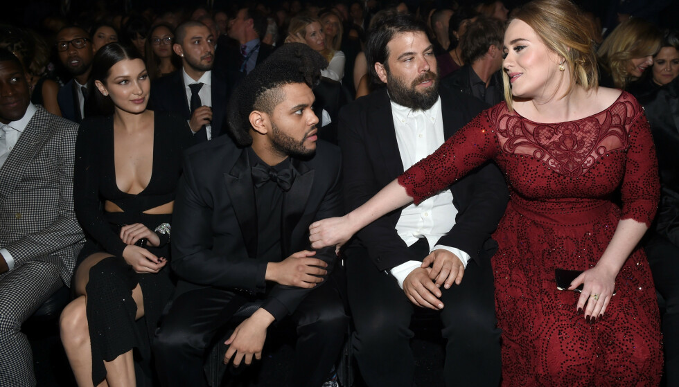 <strong>BRUDD:</strong> Adele og ektemannen hadde vært sammen i sju år, og har sønnen Angelo sammen. Her er eksparet avbildet sammen med Bella Hadid og The Weeknd under Grammy-utdelingen i 2016. Foto: NTB Scanpix